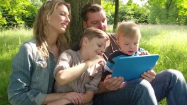 Familia feliz con tablet pc — Vídeo de Stock