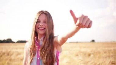 Başparmak kadar kamera gösterilen genç kız — Stok video