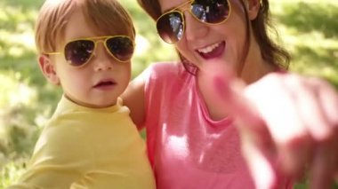 Mother and son wearing sunglasses — Stock Video