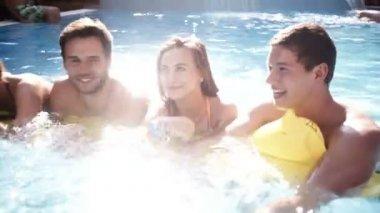 Lilo havuzundaki paylaşan arkadaş — Stok video