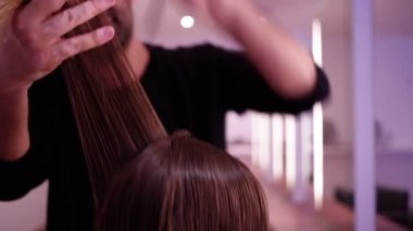 Woman having her hair cut — Stock Video