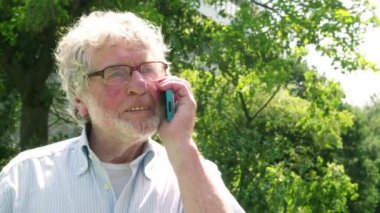 Old Man speaking on phone — Vídeo de Stock