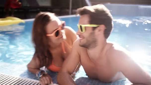 Couple s'embrasser tout en s'amusant sur la joue — Vidéo