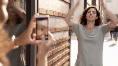 Woman take photo of friend — Stock Video