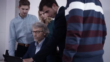 Professional explaining an idea on tablet — Stock Video