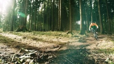 низ байкер в лесу — Стоковое видео