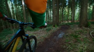 Downhill-biker im wald — Stockvideo