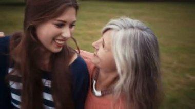 Улыбается мать и дочь вместе — Стоковое видео