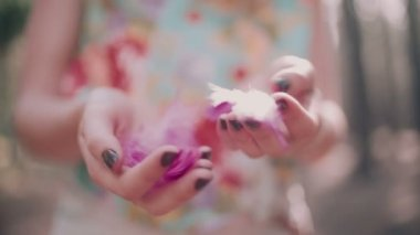 Boho girl holding pink feathers — Stock Video