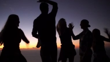 Teens high fiving on a mountain after sunset — Stock Video