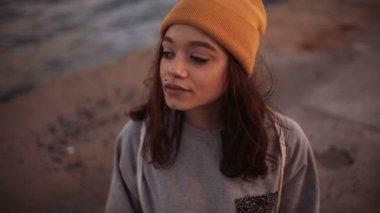 Teen girl in yellow beanie — Stock Video