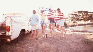 Teens running with an American flag — Stock Video