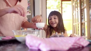 Mother and daughter bonding with baking cake — Vídeo de Stock