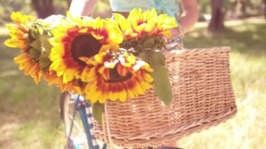 Sunflowers in bicycle basket with girl — Stock Video