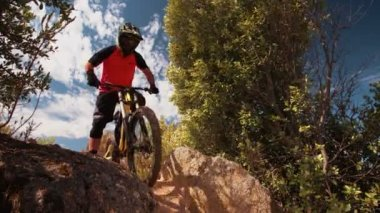 Mountain biker riding downhill — Vídeo de stock