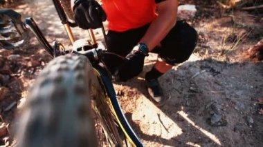 Mountain biker reparing his broken bike — Stock Video