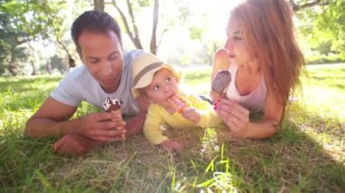 Parents with daughter eating ice creams — Stock Video