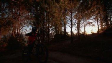 горный байкер, толкая его велосипед — Стоковое видео