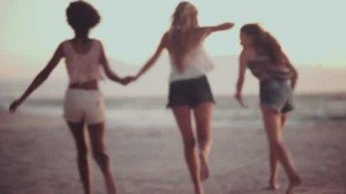 Girls running on a beach after sunset — Stock Video