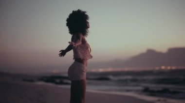 Afro girl enjoying sunset at beach — Stock Video