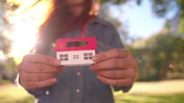 妇女提出的太阳能电池的玩具屋 — 图库视频影像