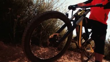 Mountain bike with rider on a trail — Stock Video