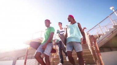 Basamaklardan iniyor spor ayakkabı giyen gençler — Stok video