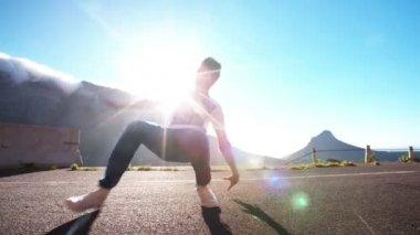 Teenager practicing some flexible breakdancing — Stock Video