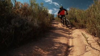 Mountain biker on cross country back road trail — ストックビデオ