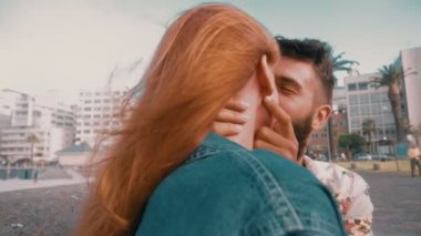 Hipster couple sharing a romantic kiss — Stock Video
