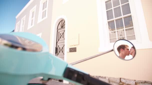 Pareja besándose al lado de su moto — Vídeo de stock