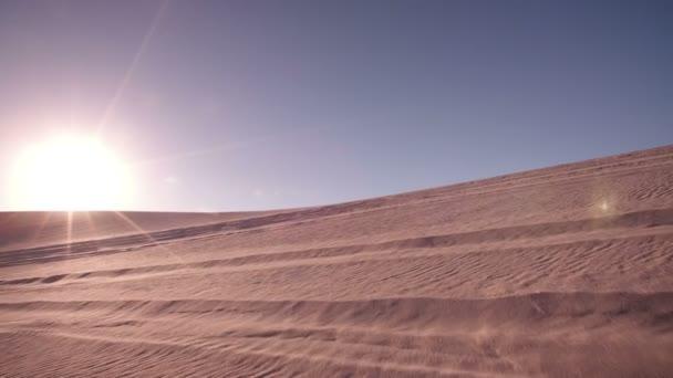 Cuatro moteros en raza del desierto — Vídeo de stock
