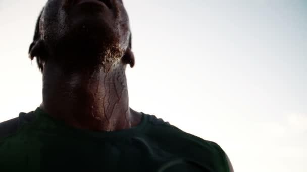 Runner shaking wet head after exercise — Vídeo de stock