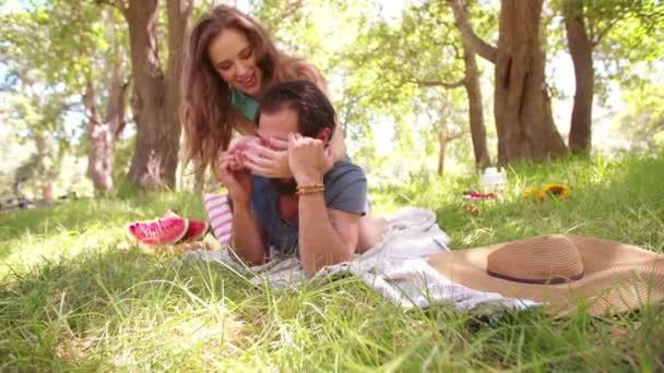 Chica que cubre sus ojos de novios — Vídeo de stock