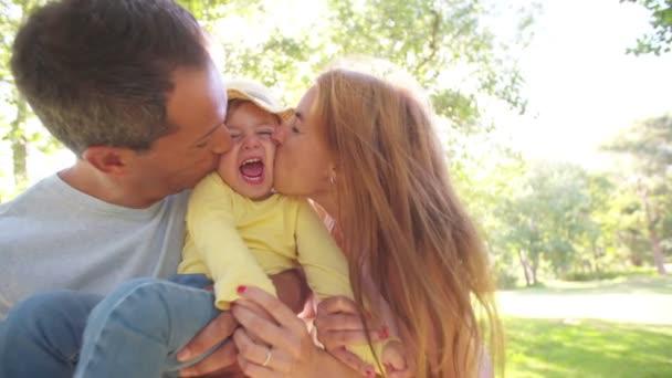 Parents kissing their toddler girl — Vidéo