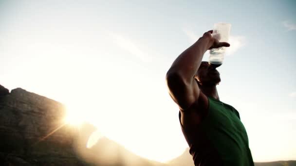Atleta bebiendo de una botella de agua — Vídeo de stock