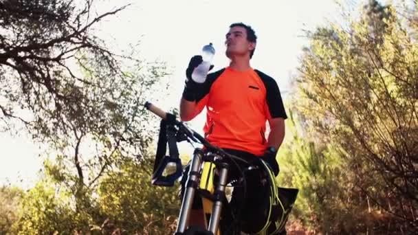 Ciclista de montaña beber algo de agua — Vídeo de stock