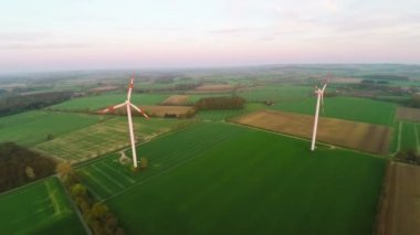 Wind turbines using wind energy — Stock Video