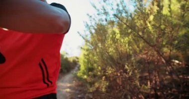 Mountainbiker Handschuhe anziehen — Stockvideo
