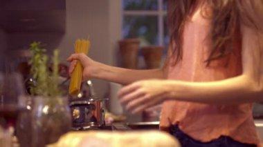 Kvinnan förbereda spaghetti — Stockvideo