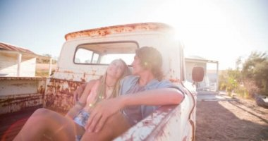 Teen couple sitting in a vintage truck — Stock Video