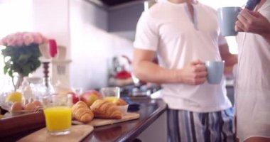 Par kyssas romantiskt i deras kök — Stockvideo