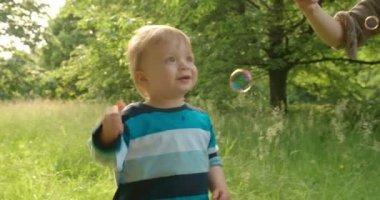 Bratři hra s bublinami — Stock video