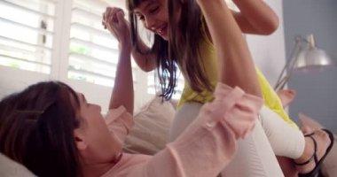 Mamma och dotter spelar i soffan tillsammans — Stockvideo