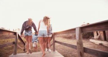Birlikte yürüyüş günbatımında gençler grup — Stok video