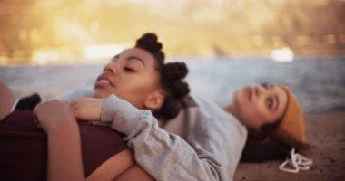 Meninas teen deitado sobre uma parede de Porto — Vídeo stock