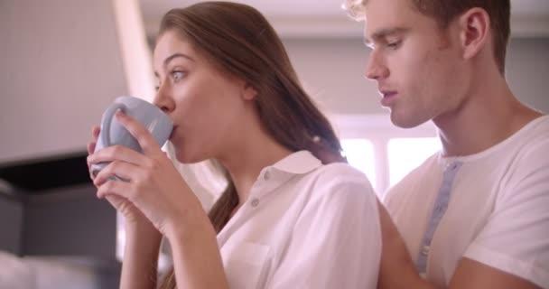 Девушка целует подругу видео фото 692-561