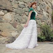Kobieta jak księżniczka w sukienka vintage w parku bajki — Zdjęcie stockowe