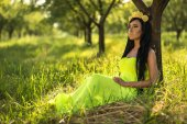 Girl with with lemon in a yellow dress — Stockfoto