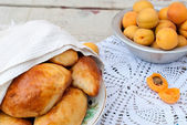 Pie with apricot on knitted napkin — 图库照片